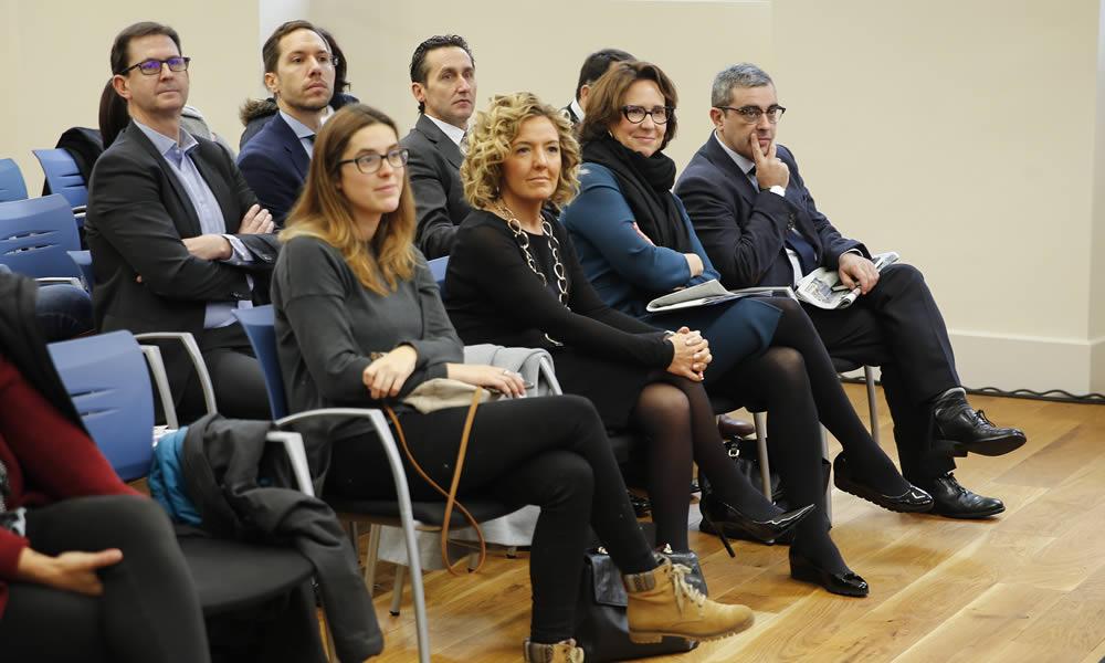 Teresa Mallada y Teresa Sanjurjo, con la dirección del periódico. :: D. Arienza