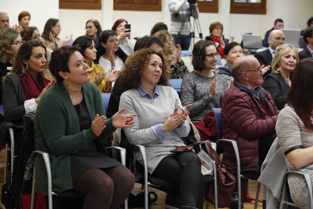 El público aplaude tras la emisión de uno de los vídeos escolares, en la jornada celebrada en la renovada Escuela de Comercio de Gijón. :: fotos: Damián Arienza