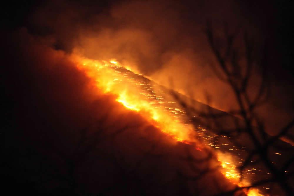 Fuego incontrolado en Parres