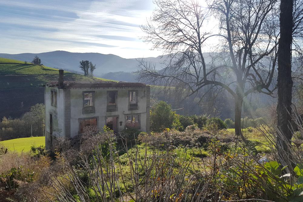Vivienda calcinada aún sin reparar en El Franco