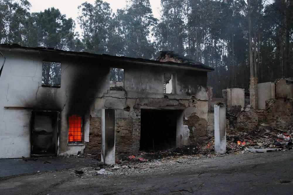 Viviendas en El Franco en llamas